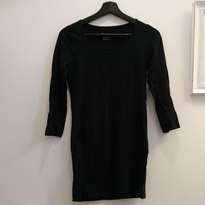 Svart långärmad figurnära tunika. Lätt elastiskt tyg. 95% bomull, 5% elastan. Maskintvätt 40°. . Klänningar.
