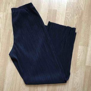 Mörkblåa plisserade byxor från BikBok, knappt använda då de är för stora för mig. Är i storlek M men tycker dom är större än så, skulle passa en större M eller L beroende på hur man vill att de ska sitta. Köpare står för eventuell frakt