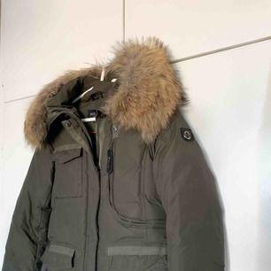 Supersnygg jacka från Hollies med en stor och härlig pälskrage av äkta päls som sitter på luvan.  Jackan är använd under 1,5 vinter och är helt felfri och fläckfri. Storlek 34. Nypris är 4500 kr. Pris kan diskuteras🥰