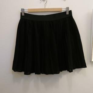 Kort kjol med vecka chiffongtyg. Resår i midjan. 100% Polyester. Maskintvätt 30°.