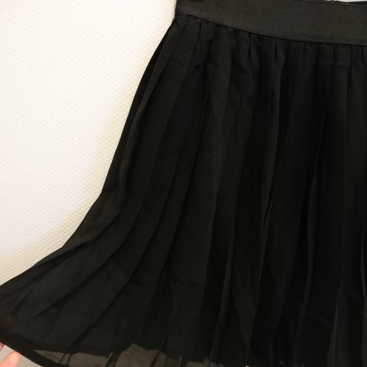 Kort kjol med vecka chiffongtyg. Resår i midjan. 100% Polyester. Maskintvätt 30°. . Kjolar.