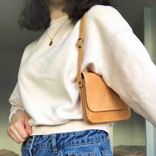 Asfin shoulderbag som går att ha som vanlig axelremsväska också! Fin ljusbrun läderfärg med cool detalj på framsidan!🤪