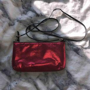 Supercool liten väska från kappahl. Köpt på en second hand butik och är därför lite sliten men på ett snyggt sätt. Säljs för 80kr+frakt!😊