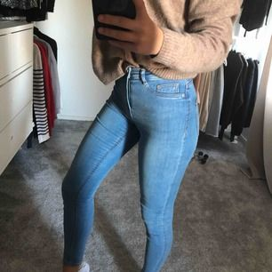 Skitsnygga högmidjade jeans i storlek S, säljer då dem inte kommer till användning längre tyvärr.