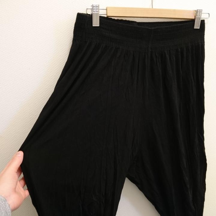 Svarta haremsbyxor med resår i midjan och vid fot. Strl S (liten i storleken). 100% viskos. Maskintvätt 40°. . Jeans & Byxor.