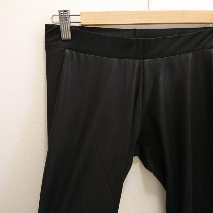 Svarta glansiga leggings. Passar till exempel till en festlig tunika eller klänning. 91% Polyester, 9% elastan. Maskintvätt 30°. . Jeans & Byxor.