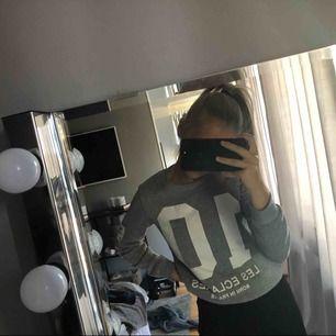 Snygg grå sweatshirt som passar både som XS/S,