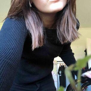 Ribbad svart tröja från Bikbok som är vid vid händerna. Använd ett fåtal gånger och i bra skick!