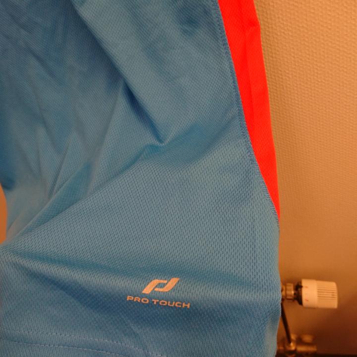 Träningströja. 100% Polyester. Maskintvätt 40°. . Huvtröjor & Träningströjor.