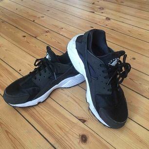 Ett par Nike Air Huarache🌟 fint skick och passar bäst om man har ca 37 i skostorlek! 💞