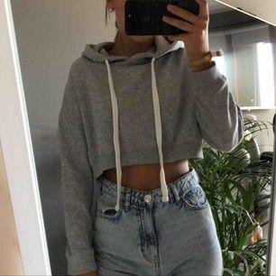 Snygg cropped hoodie med luva i storlek XS men passar även S. Använd fåtal gånger (frakt inkluderas ej)