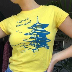 Gul T-Shirt från märket Reclaimed Vintage i en liten storlek S. Använd en gång, köptes för ca 250 kr :( Färgen gör sig mest rättvisa på första bilden!