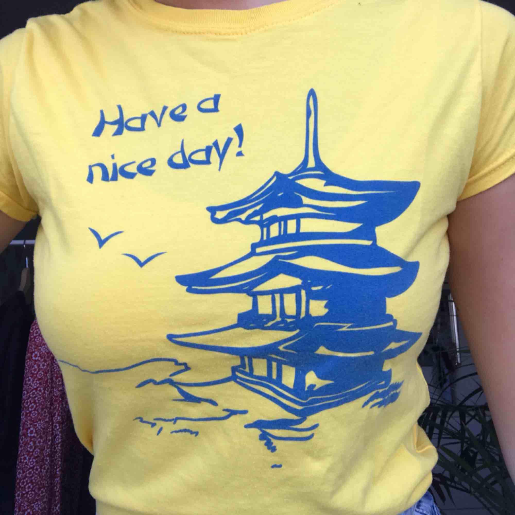 Gul T-Shirt från märket Reclaimed Vintage i en liten storlek S. Använd en gång, köptes för ca 250 kr :( Färgen gör sig mest rättvisa på första bilden!. T-shirts.