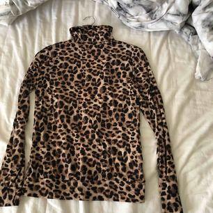 Fin oanvänd tröja leopardpolo, stretchigt och skönt material
