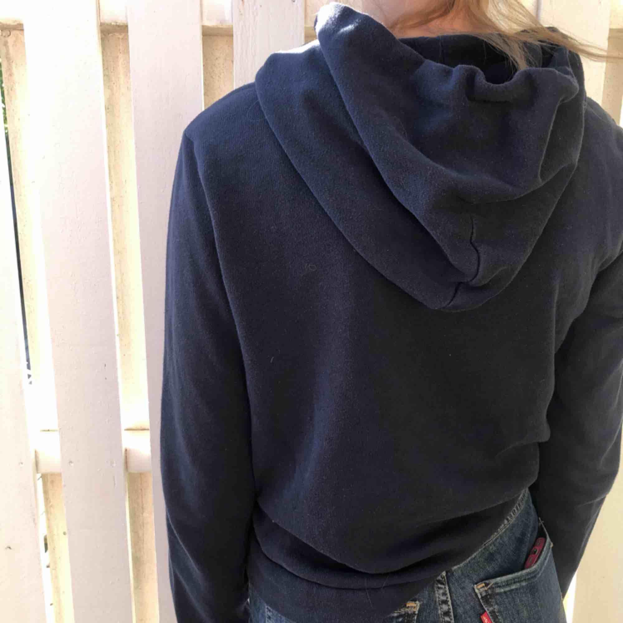 """Mörkblå Hollister i fint skick med fint broderat """"Hollister""""! Kommer inte till användning längre då jag har många hoodies... Frakten kan vi dela på😝😜😜. Huvtröjor & Träningströjor."""