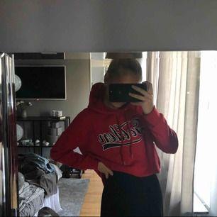 Snygg röd hoodie i storlek XS, använd fåtal gånger. (Frakt inkluderas ej)
