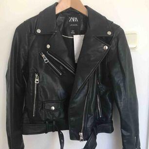 Faux skinn jacka, svart, storlek M (liten i storleken). Helt ny och aldrig använd. Köparen står för frakt.
