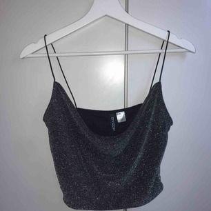 Glittrigt linne från h&m, använt en gång därför i bra skick.