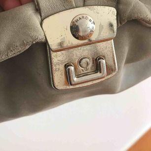Äkta grå Marc Jacobs väska, välanvänd men i ett bra skick. Köparen står för frakten