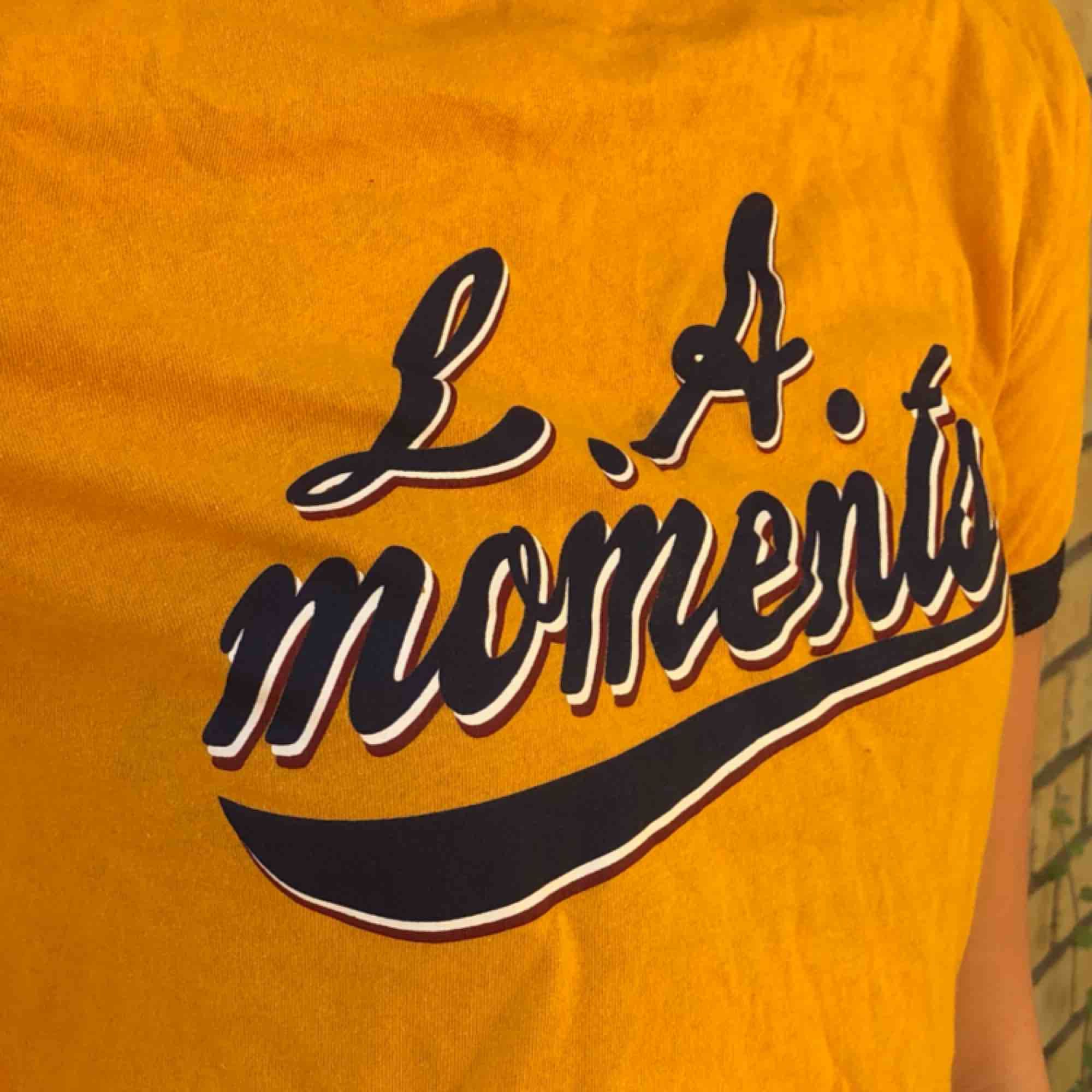 en gul college t-shirt med fin höstig gul färg! knappt använd från butiken ZARA💛🧡💛 frakt tillkommer.... T-shirts.