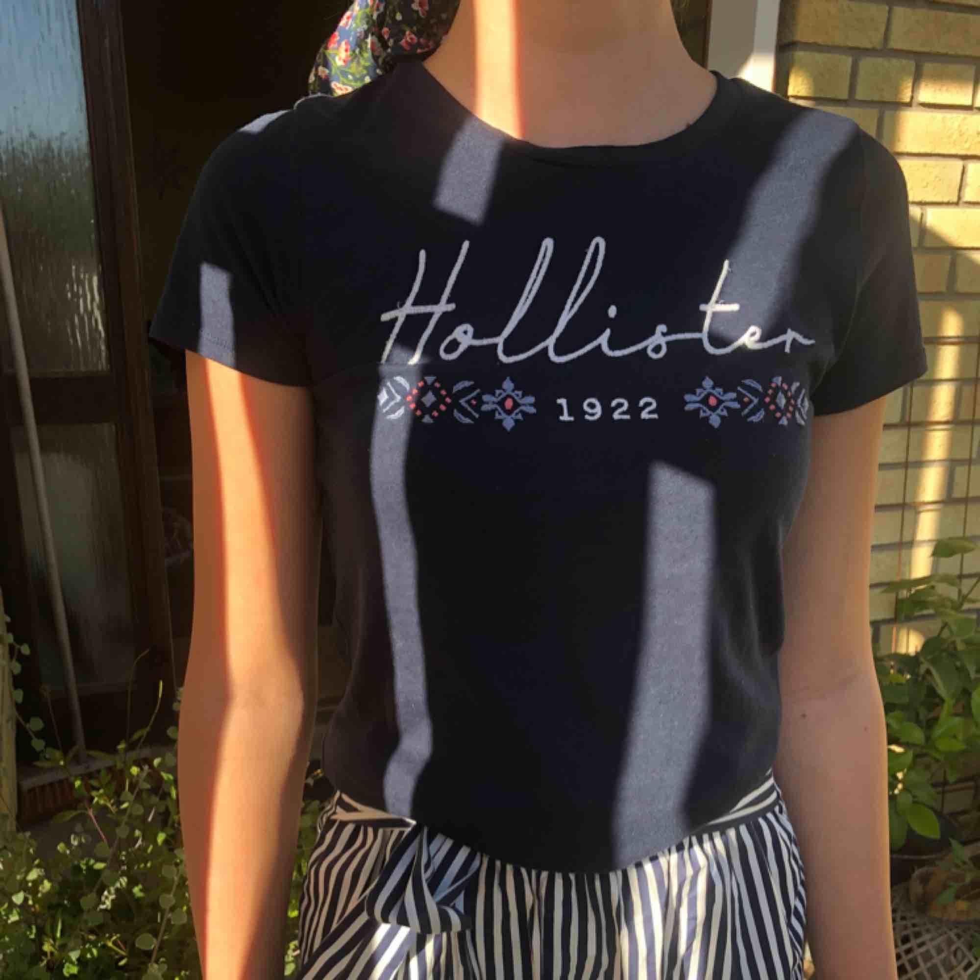marinblå t-shirt från märket Hollister som även står skrivet fint med broderier! Bra skick då den knappt är använd🥰 Frakt kan delas på.... T-shirts.