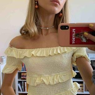 Söt tröja från H&M. Härlig pastellgul. Köpare står för frakt.
