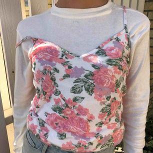 Fint sött litet sommar linne med färgglada blommor! Har många liknande linnen därför kommer den inte till användning längre:/ frakt kan vi dela på😜🌸💐💐