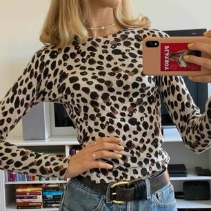 Leopard tröja från HM. Tjockare i tyget än den ser ut så rätt varm. Figursydd. Köpare står för frakt.