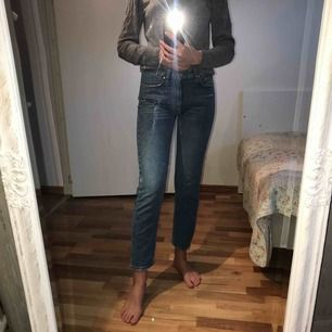 Jeans från pull and bear i storlek 32, men är själv en 34-36. Fint skick! Är 175 cm lång. Köpare står för frakt💘