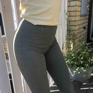 Mörk gröna jeans liknande brallor! Sitter som en smäck och formar🥳 Frakt tillkommer...;)