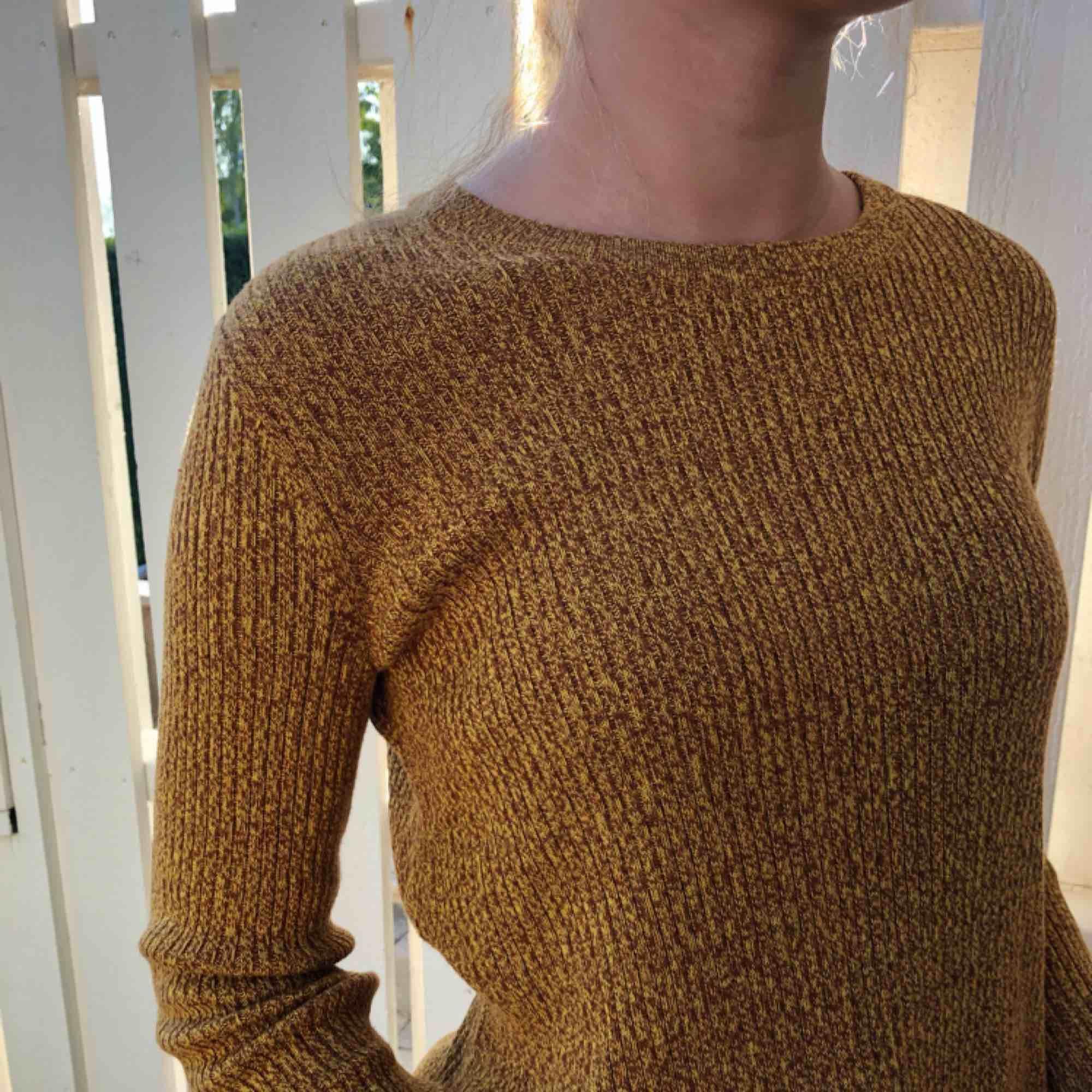 Hej fin höst färgad stickad tröja! Fina detaljer såsom slitsar (se sista bilden) ps. tycker inte att bilderna rättfärdigar den fina färgen! liten frakt tillkommer 🥰🧡. Stickat.