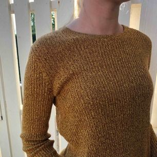 Hej fin höst färgad stickad tröja! Fina detaljer såsom slitsar (se sista bilden) ps. tycker inte att bilderna rättfärdigar den fina färgen! liten frakt tillkommer 🥰🧡