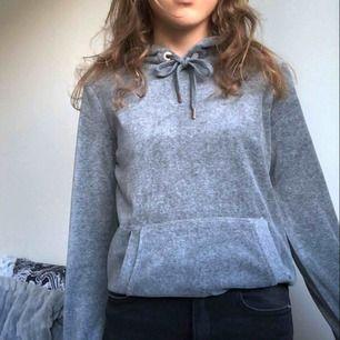 Fin tröja som tyvärr aldrig kommit till användning :/ Första bilden ger en mer rättvis färg💓 Hör av er vid intresse. & kolla gärna in mina andra plagg!