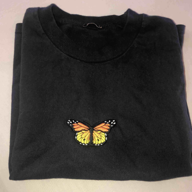 säljer min älskade brandy melville t-shirt, köpt i barcelona!✨köparen står för frakt💓. T-shirts.