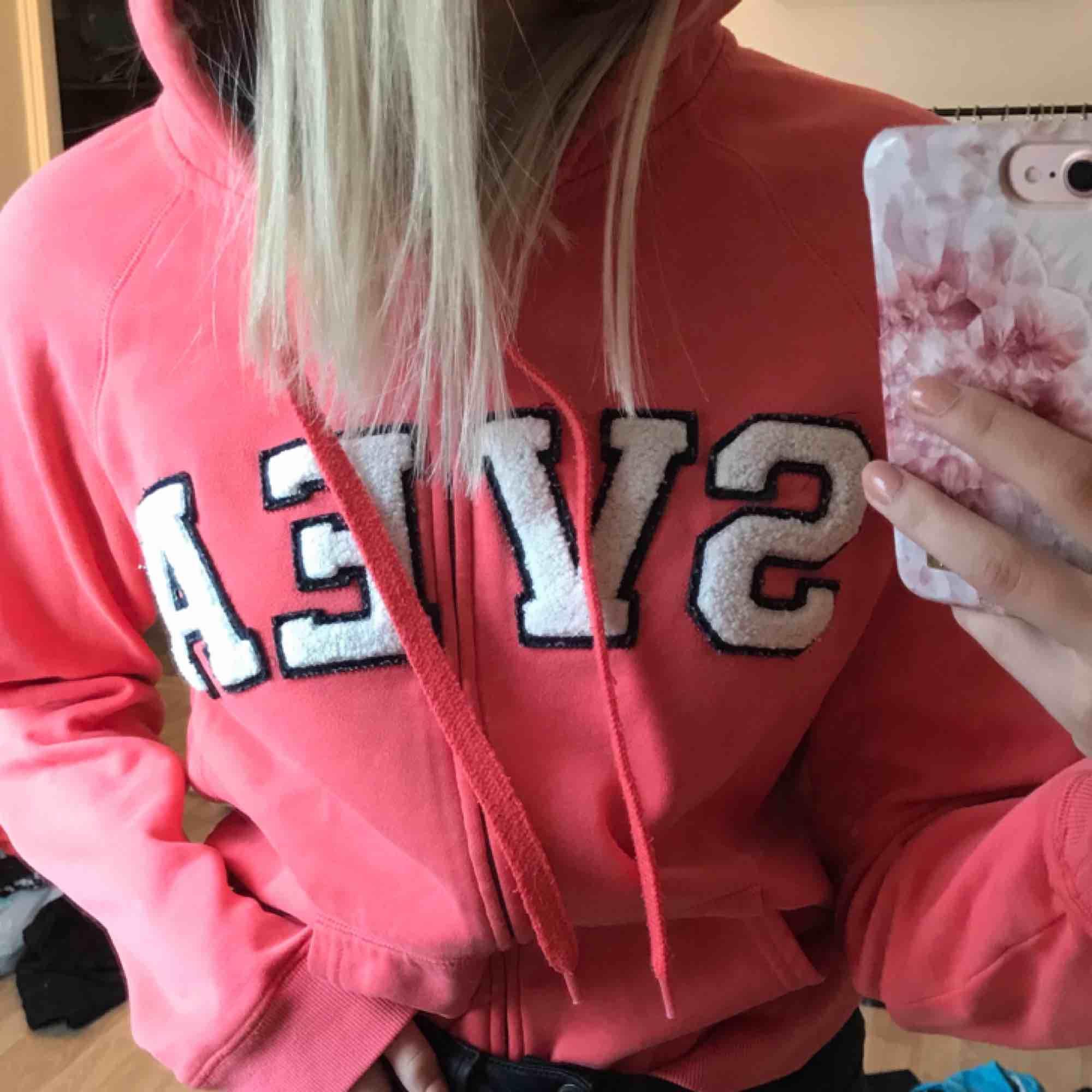 Korallrosa hoodie från Svea. Den är i strl L men jag tycker den är mer som en M. På mig som har S vanligtvis är den lite oversized.  Kan mötas upp i Sundsvall annars står köpare för frakt.. Huvtröjor & Träningströjor.