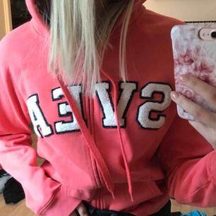 Korallrosa hoodie från Svea. Den är i strl L men jag tycker den är mer som en M. På mig som har S vanligtvis är den lite oversized.  Kan mötas upp i Sundsvall annars står köpare för frakt.