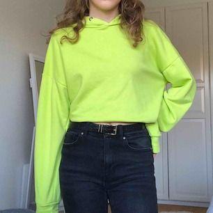Neongrön hoodie! Sparsamt använd. Tröjan har slitningar längst ner (som är del av designen) men som jag lätt vikt in💚 Kolla gärna in mina andra plagg