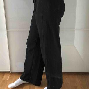 Svarta mjuka vida kostymbyxor, de är inte ankellånga det är jag som har väldigt långa ben. Väldigt bekväma. Möts i Stockholm köparen sår för frakt.