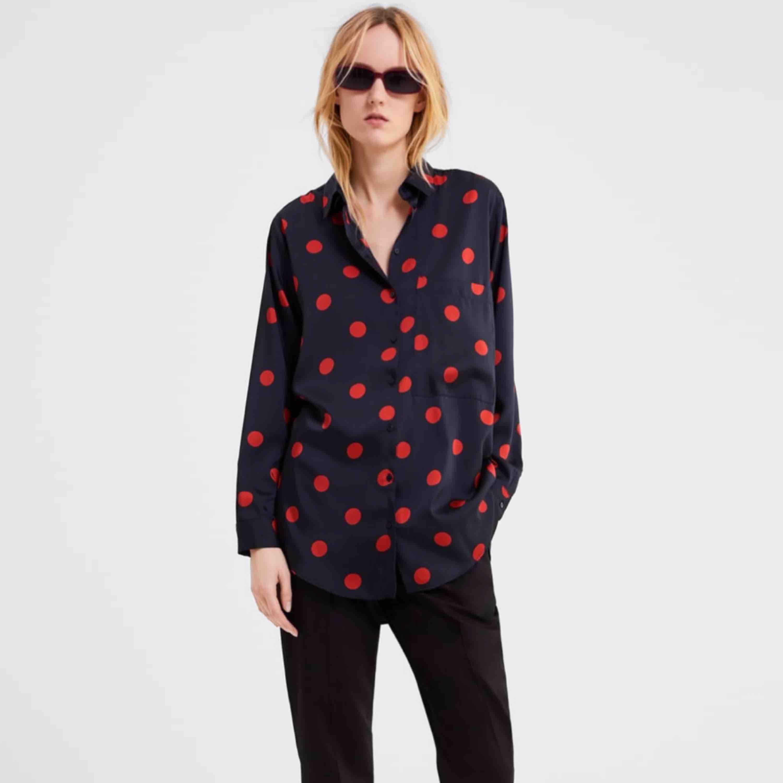 Prickig silkesskjorta från Zara. Använd 1 gång.  Endast Swish, priset är ink frakt. . Skjortor.