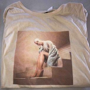 snygg ariana t-shirt i storlek sx men som passar s också! köparen står för frakten🦋