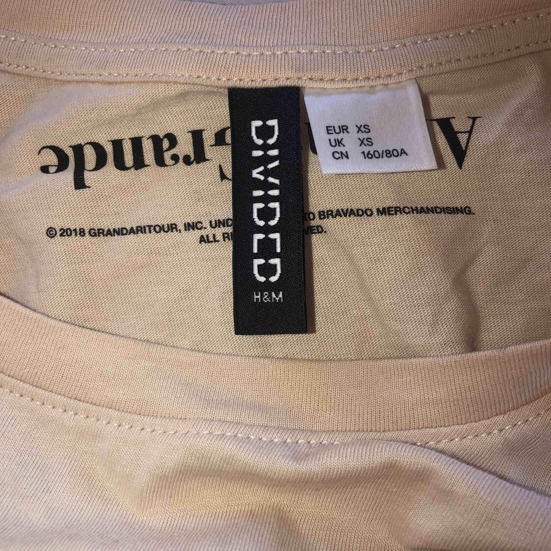 snygg ariana t-shirt i storlek sx men som passar s också! köparen står för frakten🦋. T-shirts.