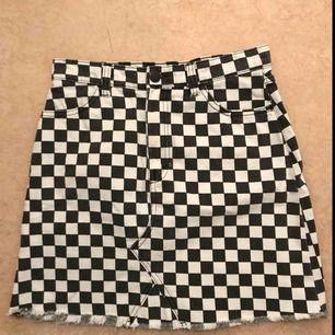 Jag säljer min rutiga monki kjol efter att den blivit för liten, har använts ett fåtal gånger, den har ett litet hål vid gylfen(se bild) bra skick!! ❤️❤️