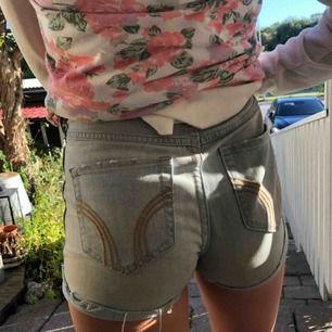 ljusa lite snyggt Hollister shorts! Sitter skitbra och är till och med sköna🤩🤙💕 frakt tillkommer...