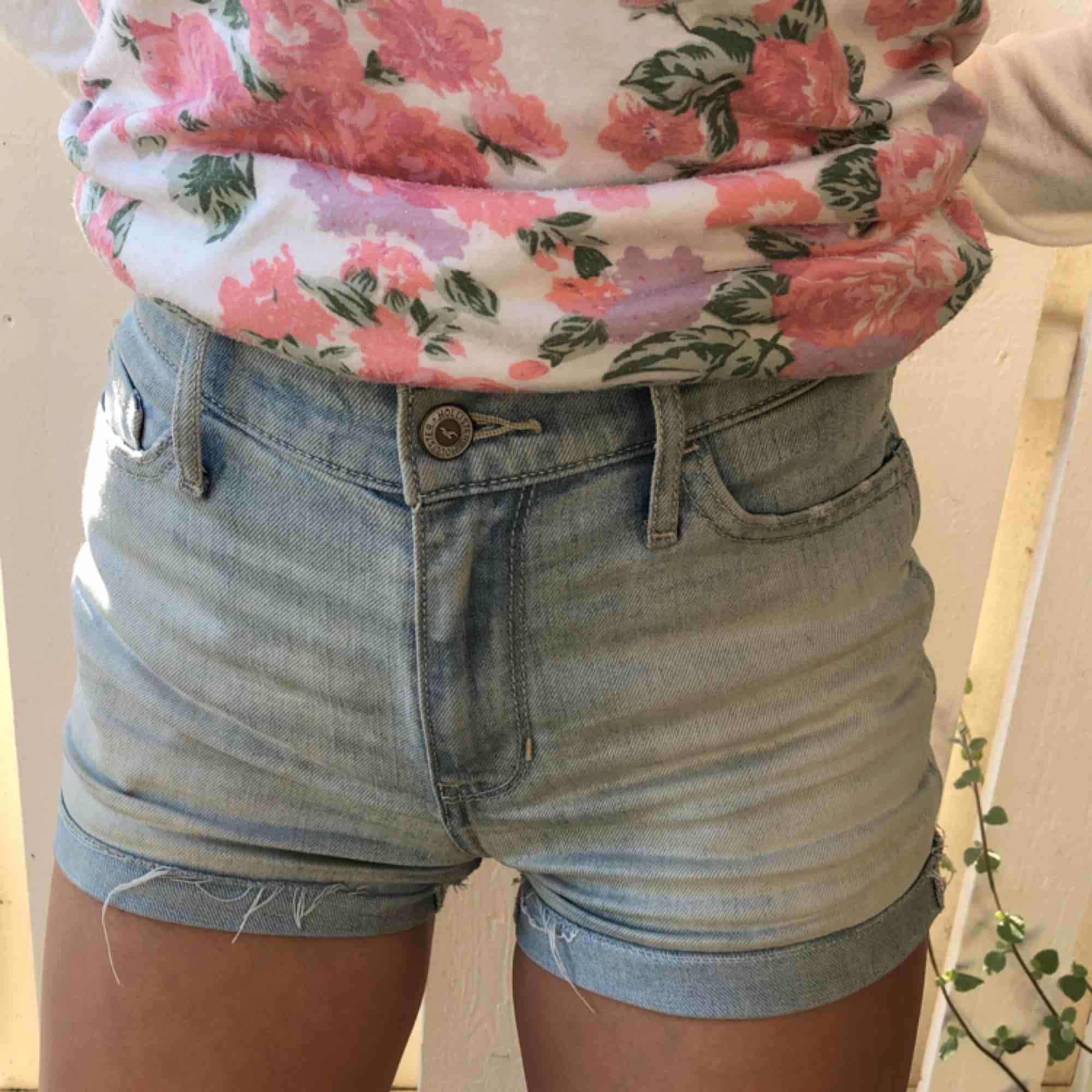 ljusa lite snyggt Hollister shorts! Sitter skitbra och är till och med sköna🤩🤙💕 frakt tillkommer.... Shorts.