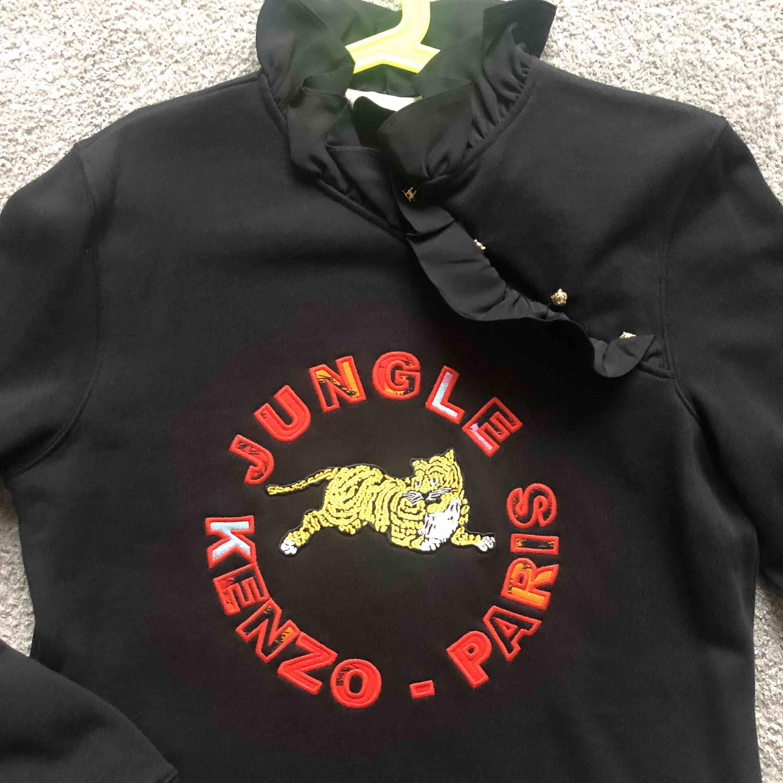 Kenzo sweatshirt, passar S/M beroende hur man vill att den ska sitta. Använt 1X🖤🖤🖤Den andra färgen säljer jag billigare. Aldrig använt 🧡🧡🧡. Huvtröjor & Träningströjor.
