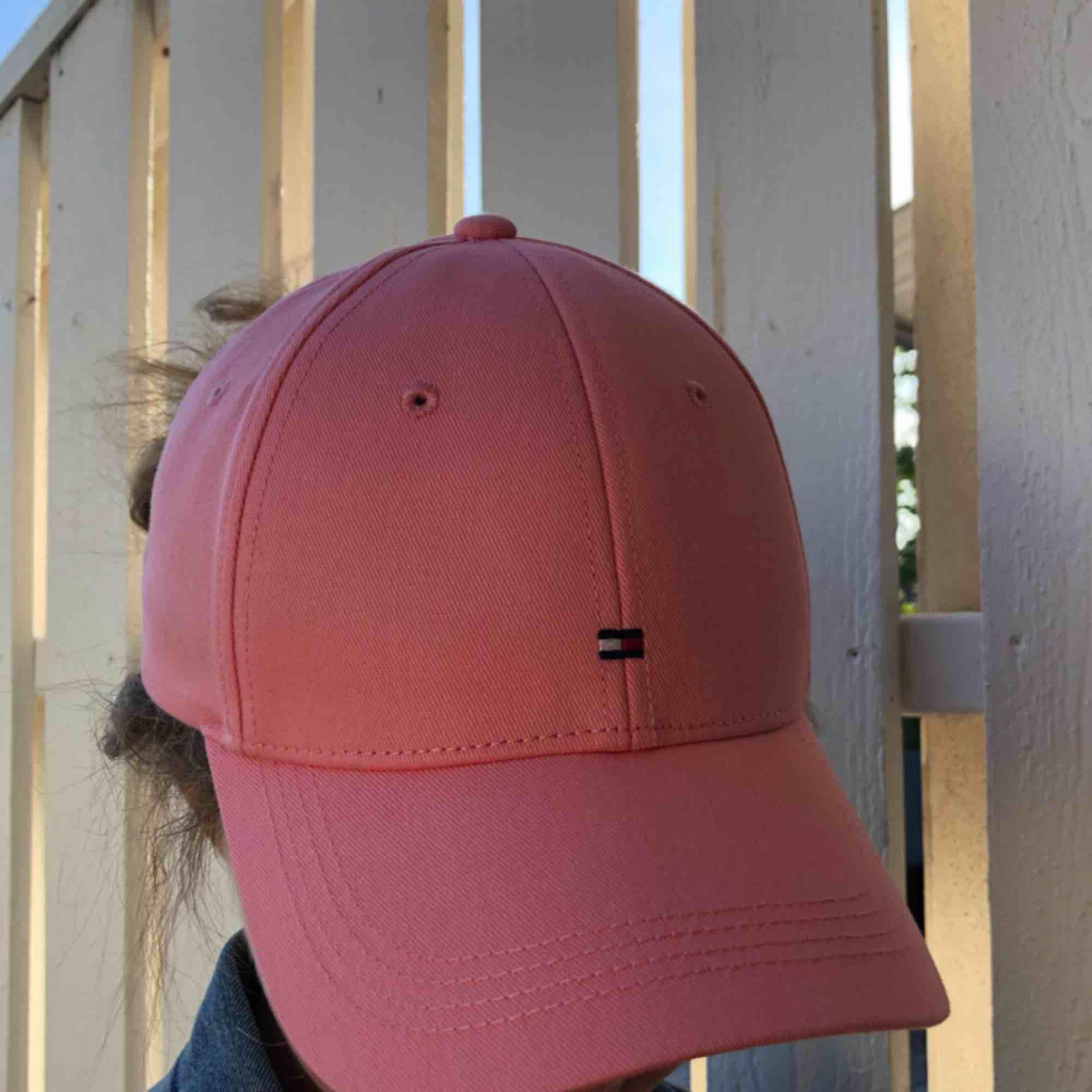 Hejsan säljer denna helt oanvända Tommy Hilfiger kepsen! Gullig rosa färg och du som köper står för den lilla frakt som tillkommer.. 💕💞. Accessoarer.