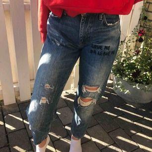 Helt oanvända slitna trendiga Zara jeans, snygg blå färg också! frakt tillkommer💙💙💙