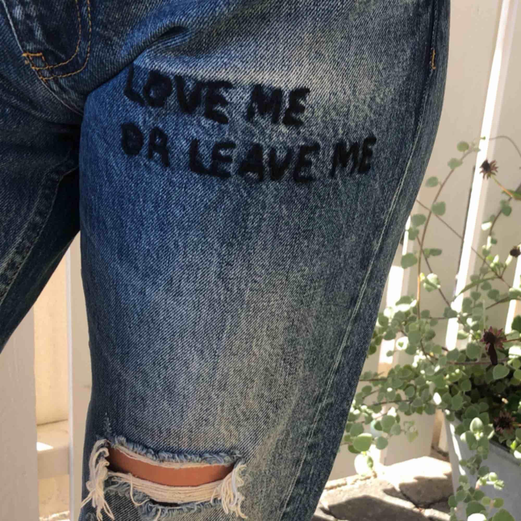 Helt oanvända slitna trendiga Zara jeans, snygg blå färg också! frakt tillkommer💙💙💙. Jeans & Byxor.