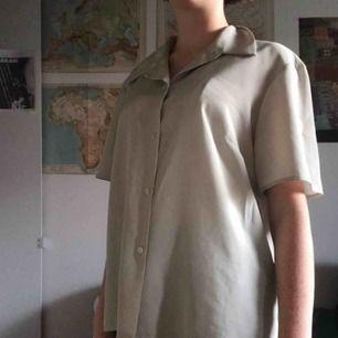 Sååå cool skjorta/blus, går att klä både uppklädd och nerklädd!! Jättefin enkel färg :) möts helst upp annars kostar frakt 40kr