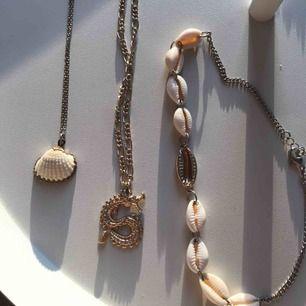 tre VÄLDIGT snygga halsband, ett för 50 kr, alla för 100 kr💕 (draken är såld)